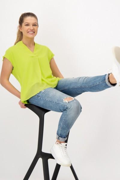 Lockeres Blusenshirt mit schmeichelndem V-Ausschnitt und Kurzarm von JUST WHITE