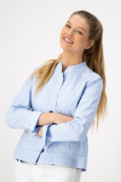 Hellblaue Damenjacke mit Stehkragen, Taschen und Knopfleiste von JUST WHITE